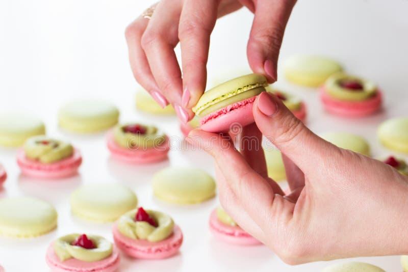 Een Franse zoete de verscheidenheidsclose-up van delicatessemakarons makaroncolou royalty-vrije stock foto