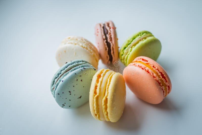 Een Franse zoete delicatesse, de close-up van de makaronsverscheidenheid Makarons op witte achtergrond Smakelijke kleurrijke geïs stock fotografie