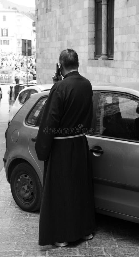 Een frater die met een mobiele telefoon roepen royalty-vrije stock afbeelding