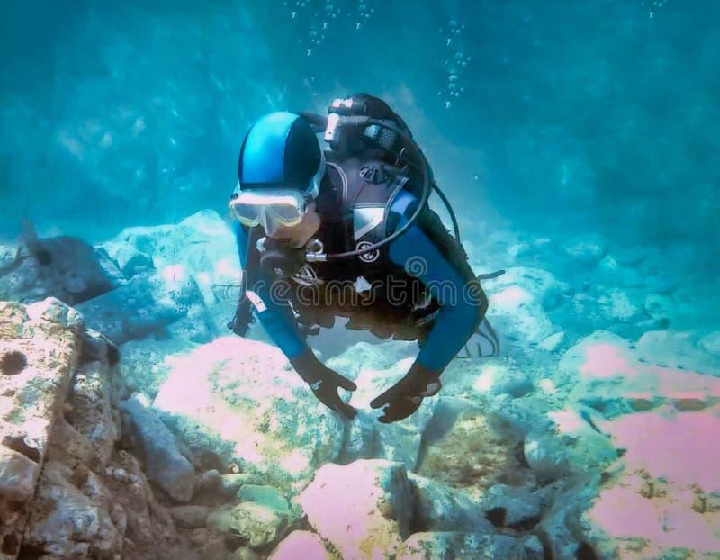 Een frontaal schot van een scuba-duiker stock afbeelding