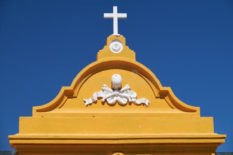 Een fronton van cementerypoort door Tonenkopf wordt verfraaid die Mertola portugal stock foto