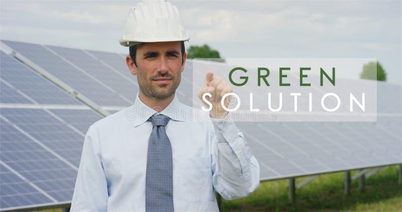 Een futuristische technische deskundige in zonne photovoltaic panelen, selecteert de Groene de oplossings` functie van ` gebruike royalty-vrije stock afbeelding