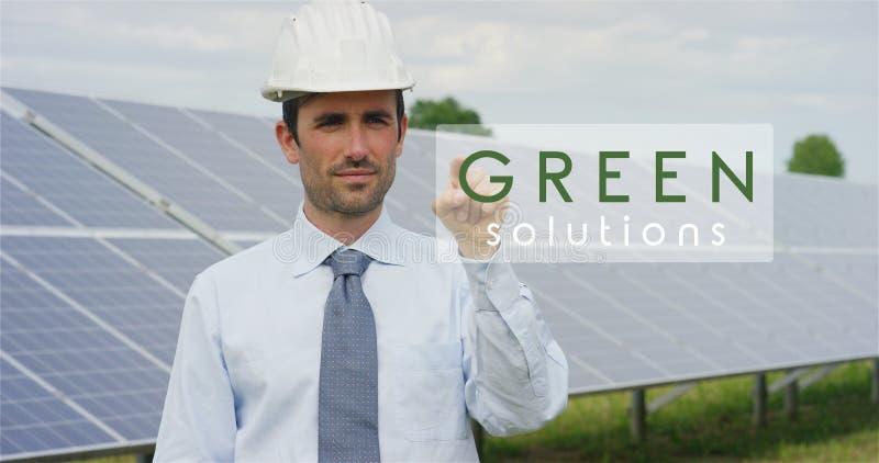 Een futuristische technische deskundige in zonne photovoltaic panelen, selecteert de Groene de oplossings` functie van ` gebruike stock afbeelding