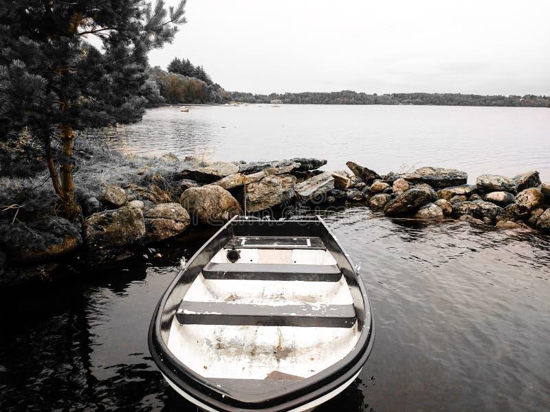 een gang langs het meer stock afbeeldingen