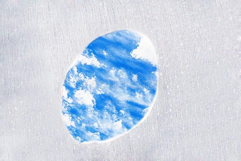 Een gat in een grijze muur met mooie blauwe hemel Concept beperkt gebied, vrijheid, vlucht De ruimte van het exemplaar royalty-vrije stock afbeelding