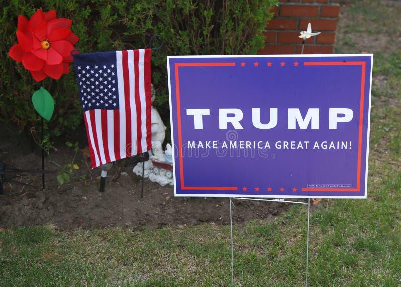 Een gazonteken tot steun van presidentiële kandidaat Donald Trump stock afbeelding