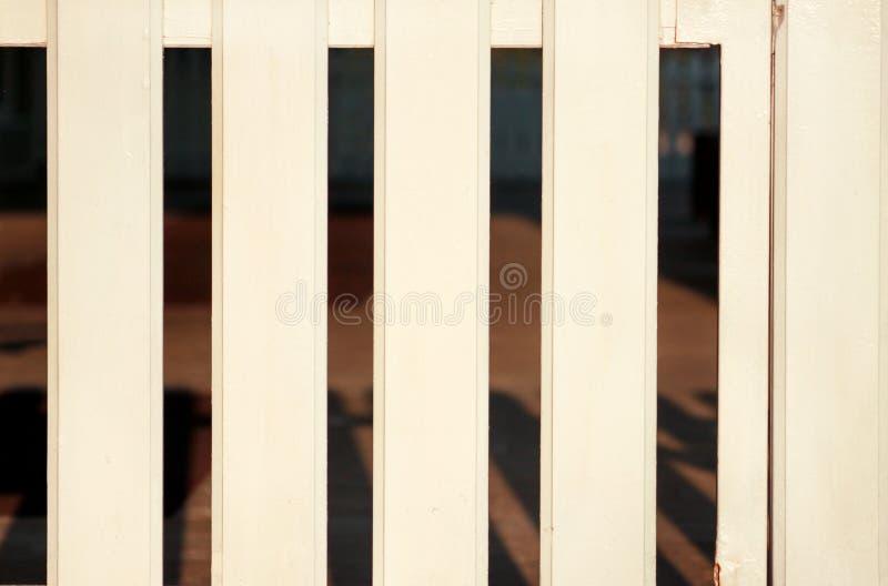 Een geïsoleerde deel van witte houten decoratieve omheining Houten van het plankpaneel textuur als achtergrond Landschapsarchitec stock afbeelding