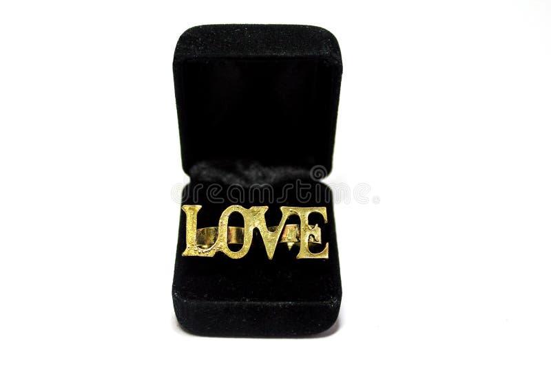 Een geïsoleerde liefdering in een huidige doos stock afbeelding