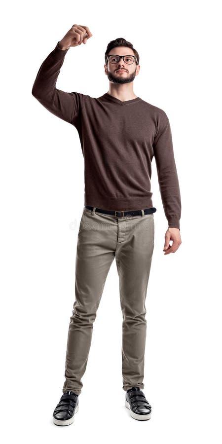 Een gebaarde mens in slimme vrijetijdskleding kijkt kant omhoog met zijn die wapens op zijn borst worden gevouwen stock foto