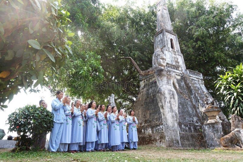 Een gebedgelovige in een tempel in Laos stock foto