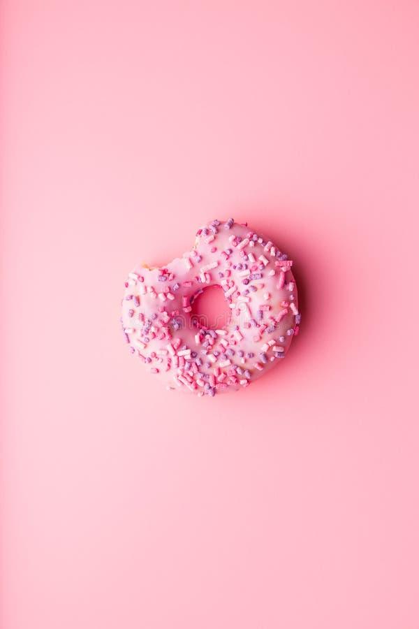Een gebeten doughnut stock afbeeldingen