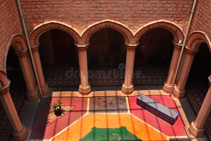 Een gebiedsmening van sierbinnenplaats met zonlicht in het paleis van Bangalore stock afbeeldingen