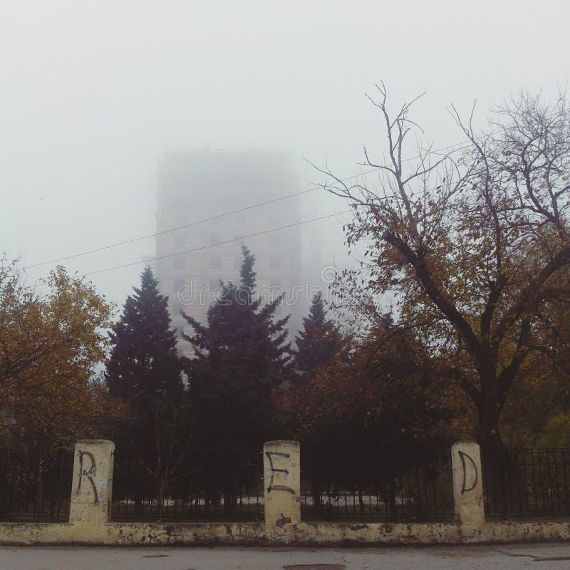 Een gebouw in de mist royalty-vrije stock afbeeldingen
