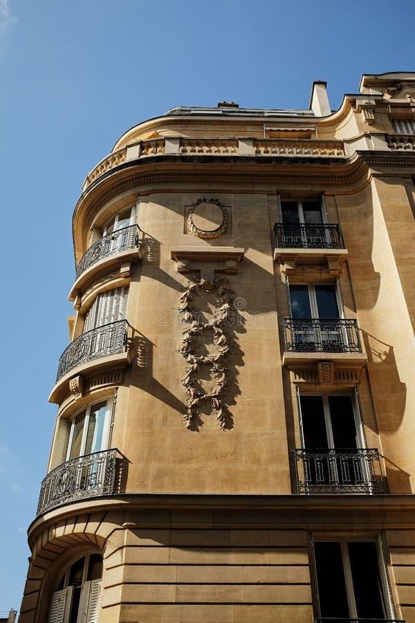 Een gebouw de willekeurige bouw in van Parijs, Frankrijk op straat stock afbeelding