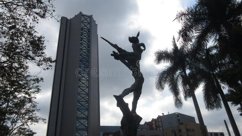 Een gebouw en een standbeeld stock foto's