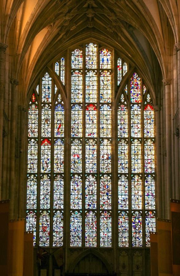 Een Gebrandschilderd glas van zeer oud kerkvenster  stock afbeeldingen
