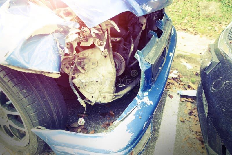 Een gebroken omhoog auto na een ongeval verlaat een wrak stock foto's