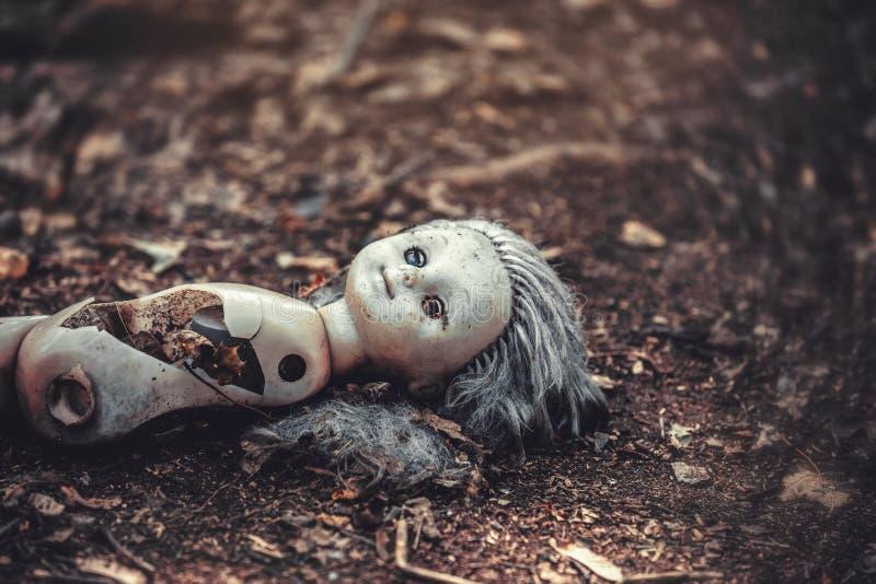 Een gebroken pop in een verlaten kleuterschool in het dorp van Kopachi stock afbeeldingen