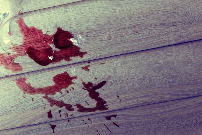 Een gebroken wijnglas stock foto