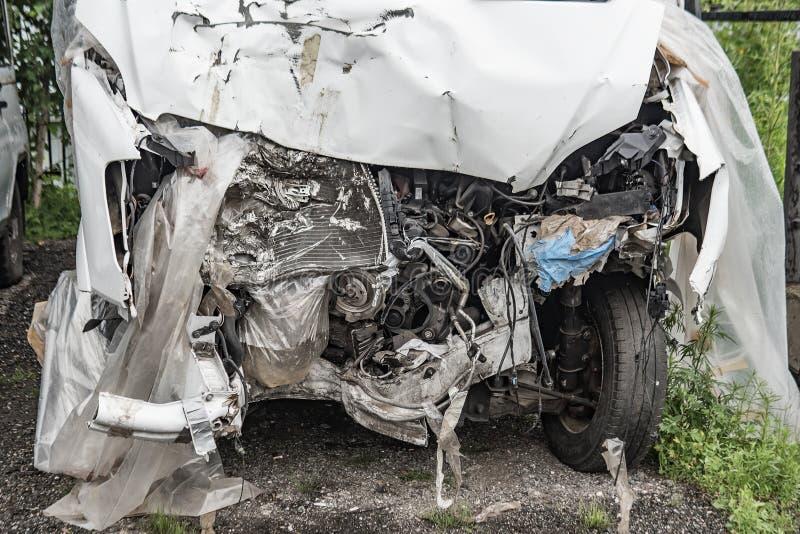 Een gebroken witte bestelwagen in het parkeerterrein royalty-vrije stock foto's