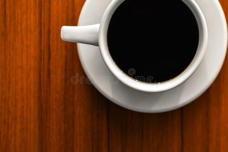 Een gebrouwen koffie in een witte kop stock afbeelding