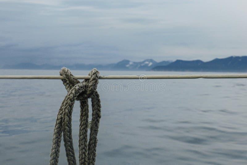 Een gedetailleerde close-upmacro van een lijn van de kabelmeertros maakte aan cleat vast Ruimte voor exemplaar royalty-vrije stock foto
