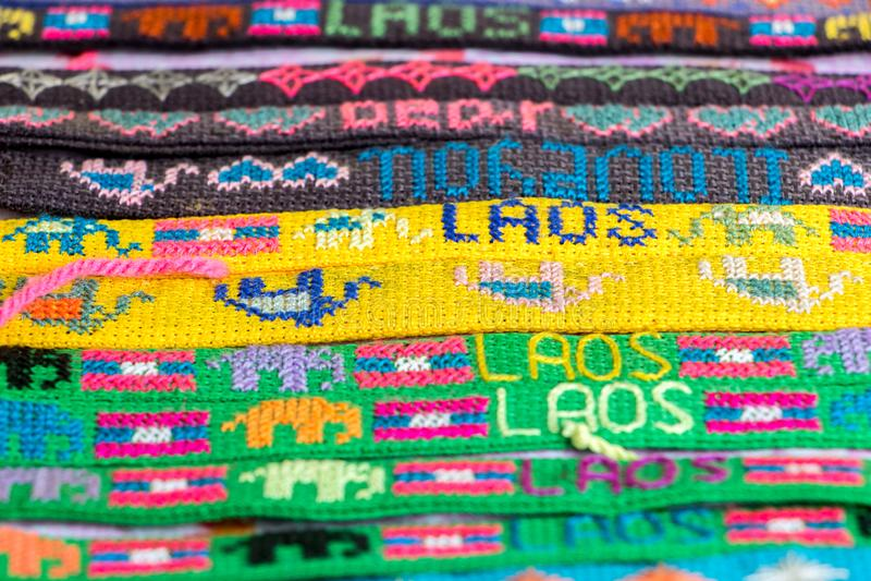 Een gedetailleerde mening van kleurrijke armband in een winkelaanbieding stock fotografie
