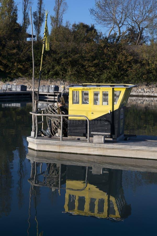 Een gedokte de oester vissersboot van de metaalbasis stock foto's