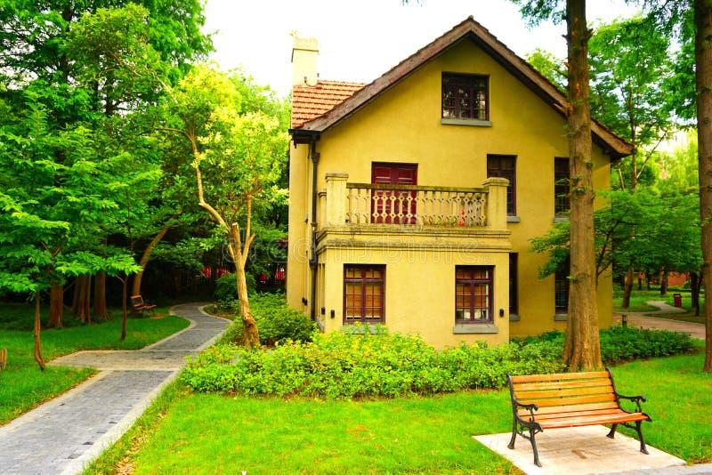 Een geel Europees stijlhuis in het hout stock afbeelding