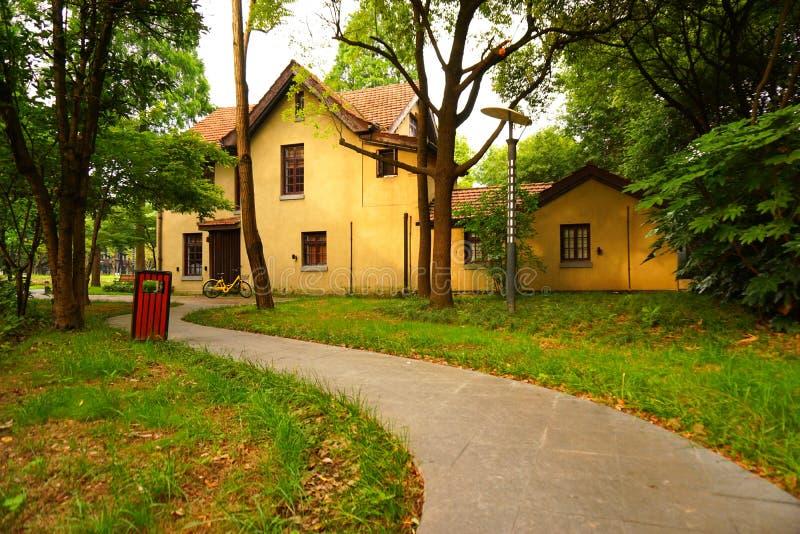 Een geel Europees stijlhuis in het hout stock foto's