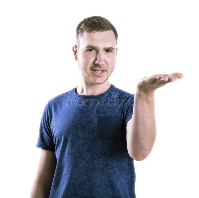 Een gefrustreerde kerel zet uit van hem indient twijfel Een beklemtoonde die student op een witte achtergrond wordt geïsoleerd On royalty-vrije stock afbeelding