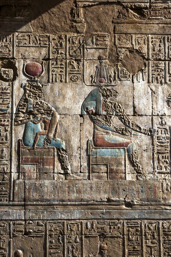 Een gegraveerde hulp en hiërogliefen bij de Tempel van Horus in Edfu in Egypte stock foto's