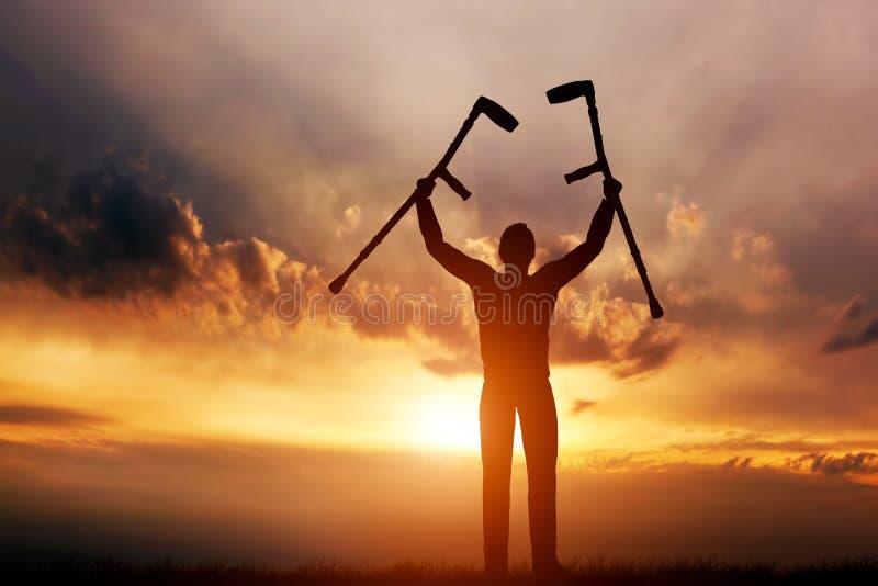 Een gehandicapte mens die zijn steunpilaren opheffen bij zonsondergang Medisch royalty-vrije illustratie