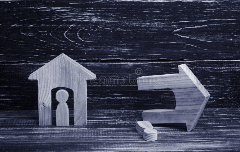 Een geheel en geruïneerd huis met mensen op een donkere achtergrond Het concept slechte buren, onverschilligheid, natuurrampen en royalty-vrije stock afbeelding