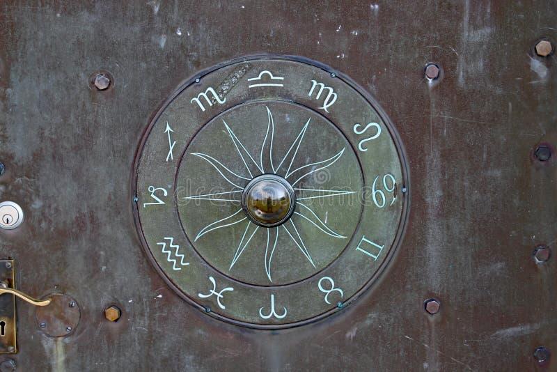Een geheimzinnige rune zoals symbool op een deur in Norman Lockyer Observatory dichtbij Sidmouth Devon royalty-vrije stock afbeeldingen