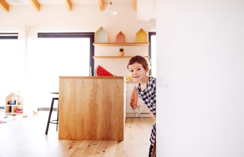 Een gelukkig klein meisje die thuis spelen De ruimte van het exemplaar royalty-vrije stock fotografie