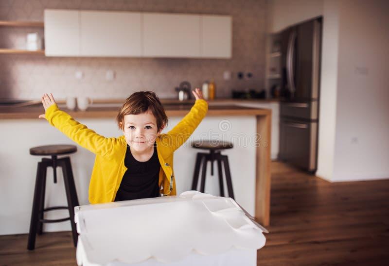 Een gelukkig klein meisje die thuis spelen De ruimte van het exemplaar royalty-vrije stock afbeelding