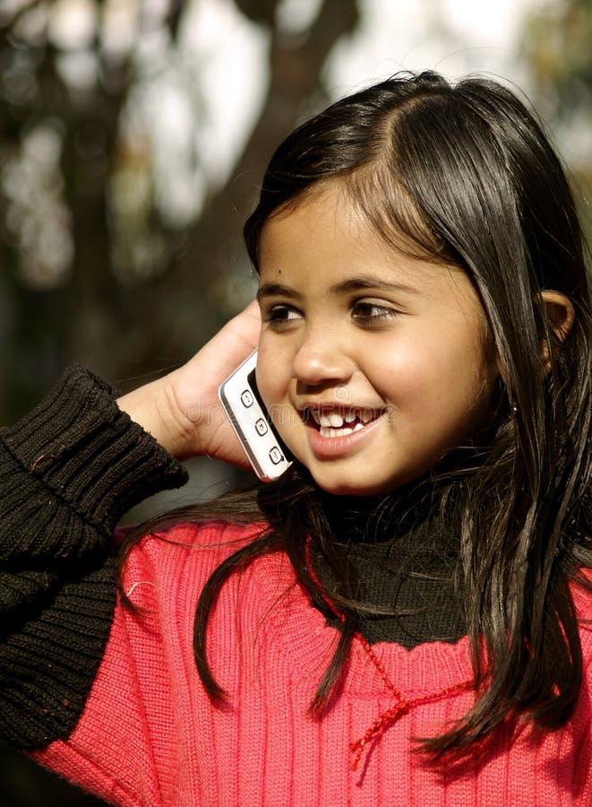 Een gelukkig meisje in Telefoon royalty-vrije stock afbeelding