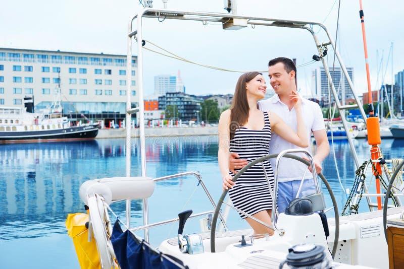 Een gelukkig paar die samen in de oceaan varen royalty-vrije stock foto