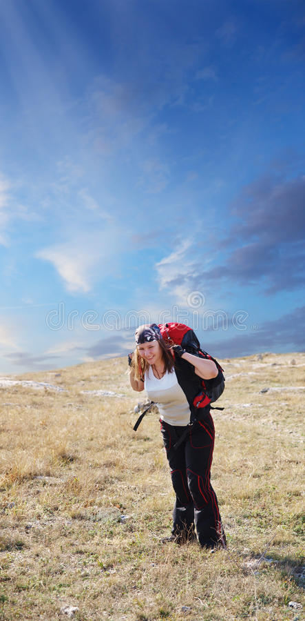 Een gelukkige en mooie vrouw besteedt haar vrije tijd het backpacking en Duitsland stock fotografie