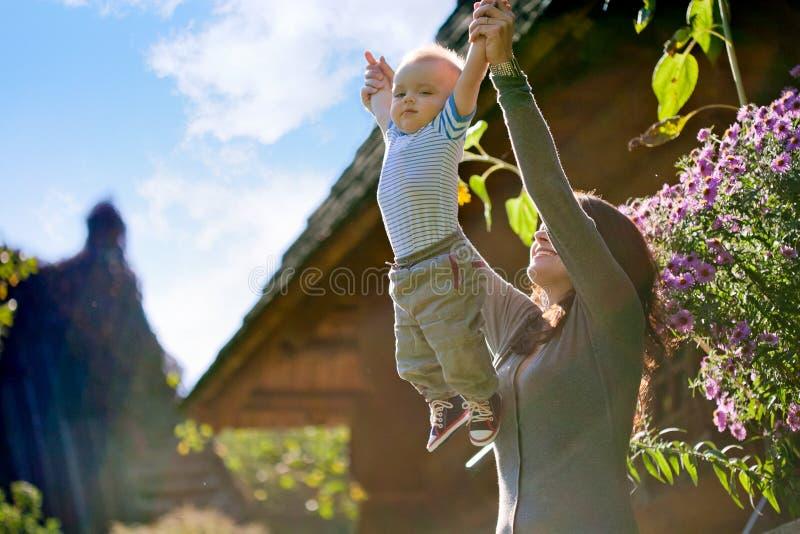 Een gelukkige familie. jonge moeder met baby stock afbeeldingen