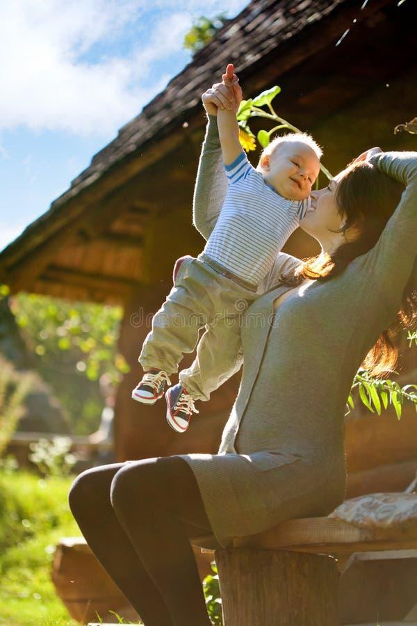 Een gelukkige familie. jonge moeder met baby royalty-vrije stock foto