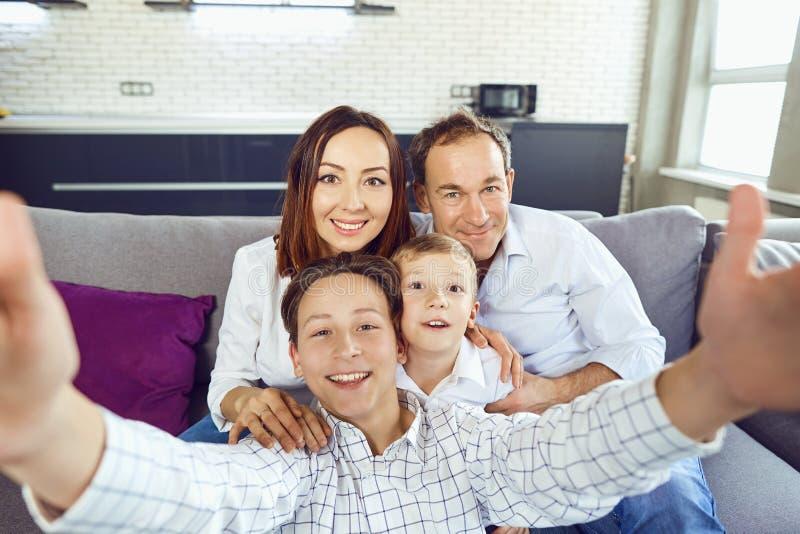 Een gelukkige familie maakt selfie bij de camera stock fotografie