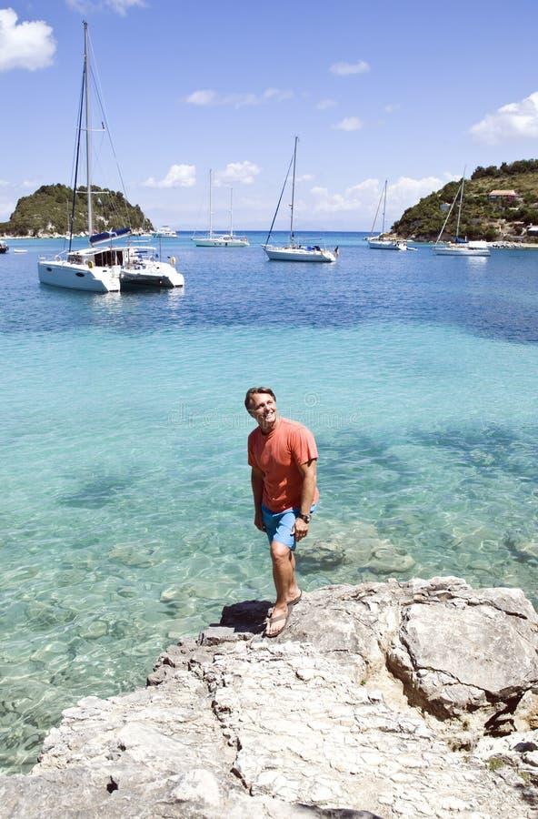 Een gelukkige glimlachende mens op vakantie in Griekenland. royalty-vrije stock afbeeldingen