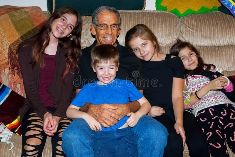 Een Gelukkige Grootvader met Vier van Zijn Grandkids royalty-vrije stock afbeeldingen