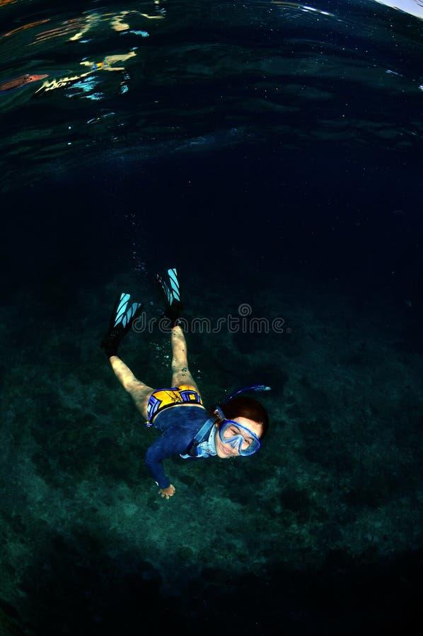 Een gelukkige huid het duiken girlin het overzees royalty-vrije stock fotografie