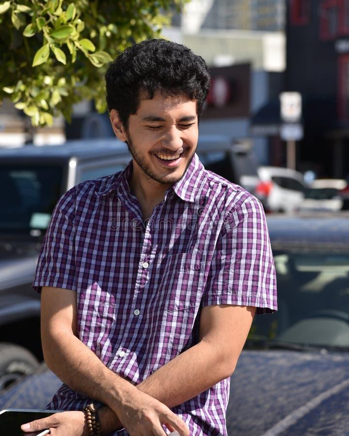 Een gelukkige jonge mens in een kleine toevluchtstad stock afbeeldingen
