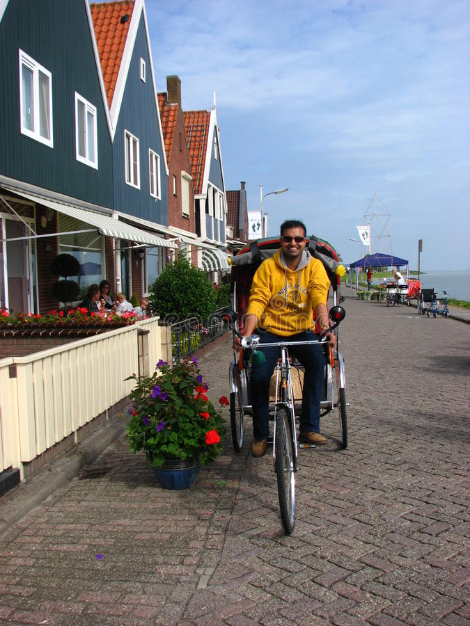 Een gelukkige Toerist die de fietstaxi, Volendam berijdt royalty-vrije stock afbeeldingen