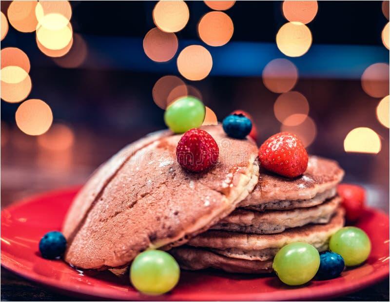 Een gemakkelijke pannekoek met vruchten stock foto's