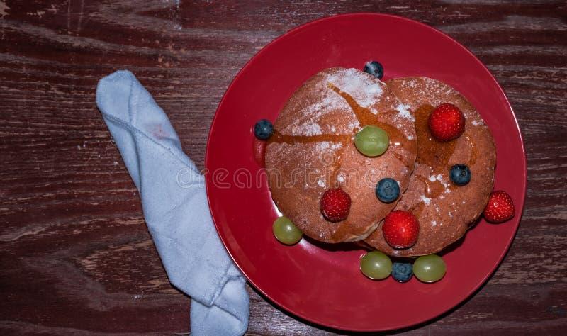 Een gemakkelijke pannekoek met vruchten stock afbeelding
